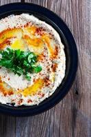 verse hummus met peterselie en olie. foto