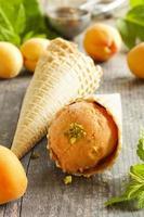 zelfgemaakt ijs van abrikozen. foto