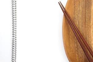 lege notebook en keukengerei voor recepten foto