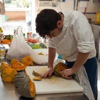 chef-kok snijden pompoen foto
