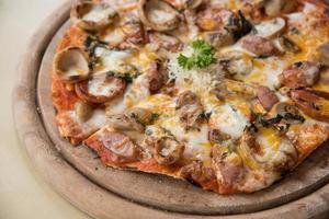 pizza met een topping van pepperoni en worst foto