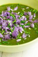 snijbiet en aardappelroomsoep gehakte bieslook met bloemen foto