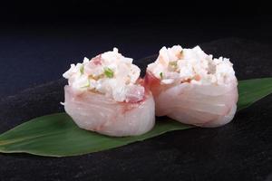 stoofpotje van zeebaars op bladgroen foto