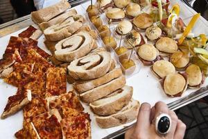 aperitivi of snacks geserveerd met een aperitivo foto