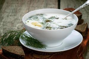 zuring soep met vlees en eieren in een kom