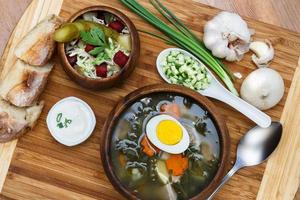 heerlijke groene soep met zuring op tafel close-up foto