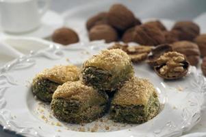baklava met walnoten en pistachenoten foto