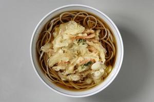 gemengde noedels met tempura