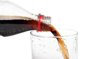 giet de drank in een glas foto