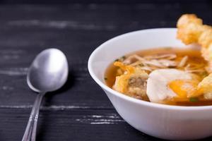 Japanse keuken, udon noedels met tempura van garnalen. foto