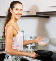 vrouw koken eiersoufflé foto