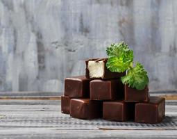 soufflé snoep in chocolade met munt foto