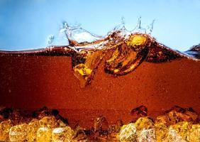 cola met ijs. spatten en bubbels foto