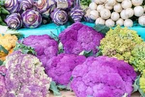 biologische boerenmarkt verse kleurrijke groenten en fruit foto