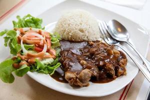 kip met zwarte pepersaus en rijst foto