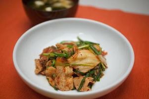 Japanse keuken buta-kimchi (varkensvlees en kimchi) foto