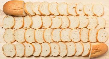 gesneden stokbrood op tafel