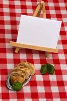 staffelei mit textfeld auf tisch an weissbrot foto