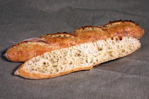 snijd over de lange witte brood leugens foto