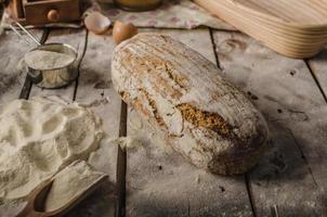 zelfgemaakt rustiek brood, gebakken in de oven foto