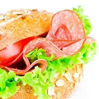 broodje met salami foto