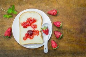 wit brood en aardbeienjam foto