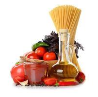 verse groenten, olijfolie en tomatensaus foto