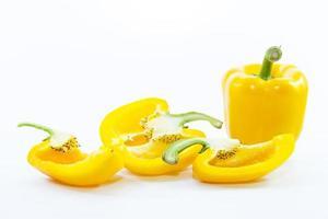 stukjes gesneden gele chili paprika met grondstof foto
