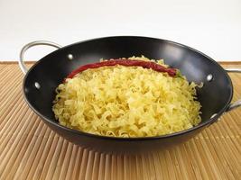 woknoedels en chili peper foto