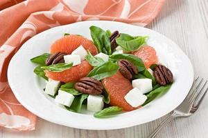 spinazie grapefruit geitenkaas salade met pecannoot foto
