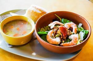 lunch: Thaise salade met garnalen en kipnoedelsoep foto