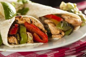 huisgemaakte kip fajitas met groenten foto