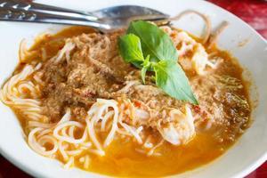 kanom jeen namya (witte noedels met curry van vis). foto