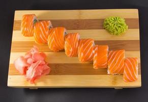 sushibroodje dat op witte achtergrond wordt geïsoleerd