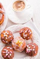 bismarck donuts op een bord foto