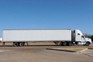lege vrachtwagen foto