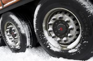 trailer in de sneeuw foto