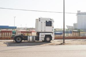 witte vrachtwagen geparkeerd foto
