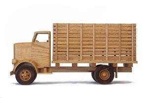 zijaanzicht van een houten model vrachtwagen