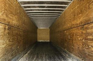 lege oude vrachtwagenaanhangwagen foto