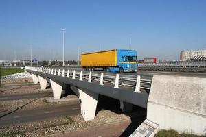 snelweg viaduct met vrachtwagen