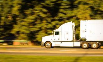 witte vrachtwagen foto
