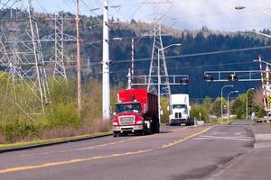 semi vrachtwagens op de weg in industriële zone foto