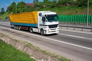 vrachtwagen op de snelweg