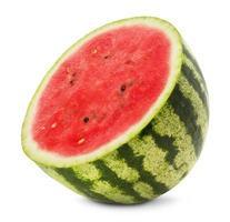 de helft van de watermeloen geïsoleerd op de witte achtergrond foto
