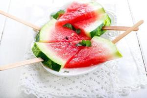 plakjes watermeloen op stokken foto