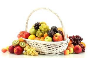 assortiment van exotische vruchten in mand op wit wordt geïsoleerd