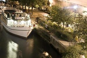 boot op de rivier van chicago in de nacht foto