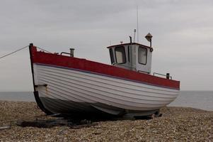 oude vissersboot dungeness, kent, uk. foto