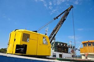 gele kraan op trawler foto
